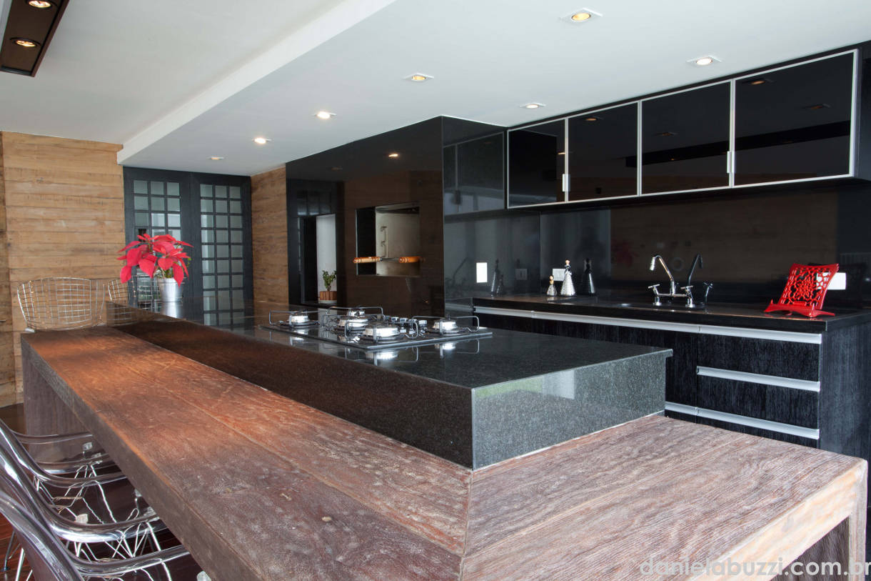 cozinha planejada grande com ilha preta #835B48 1220 813