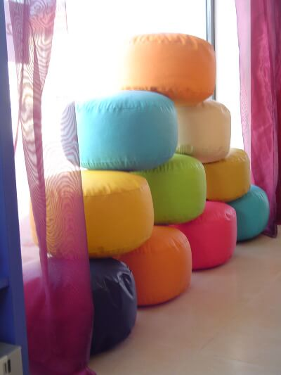 puffs-coloridos-para-o-quarto